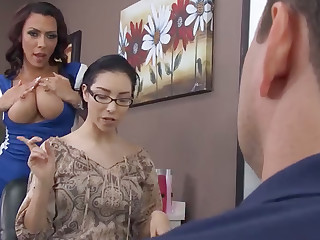 Blue hairdresser fucks bitch's retrench in barbershop