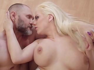 Herculean gumshoe nicely enters into blonde's welcoming peach