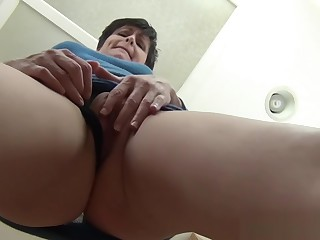 Upskirt Mammy - close-up virtual mom pov