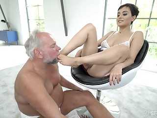 Short haired brunette babe Yasmeena has her feet licked unconnected with older guy