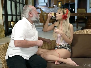 Mechanical blonde cowgirl Sarah Cute rides still strong old load of shit on top