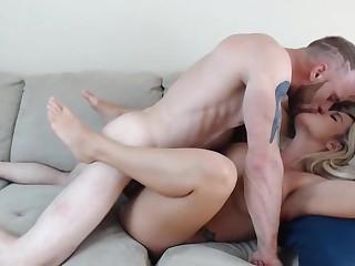 Blondynka z duzymi cyckami uwielbia byc ruchana z samego rana